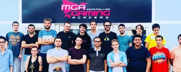 Ecole MGA avec le logo et des étudiants.
