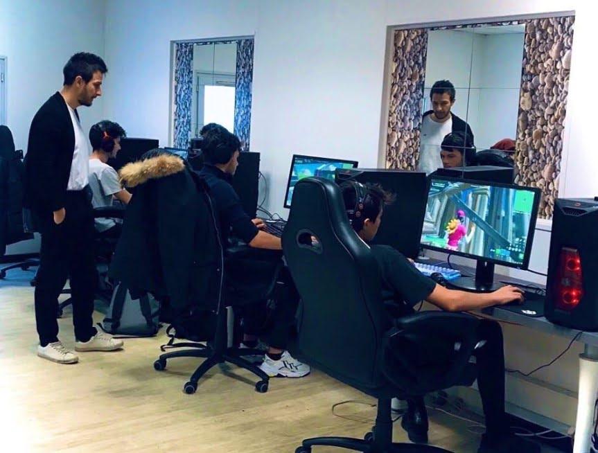 Deuxième salle informatique avec des étudiants sur Fortnite et leur coach.