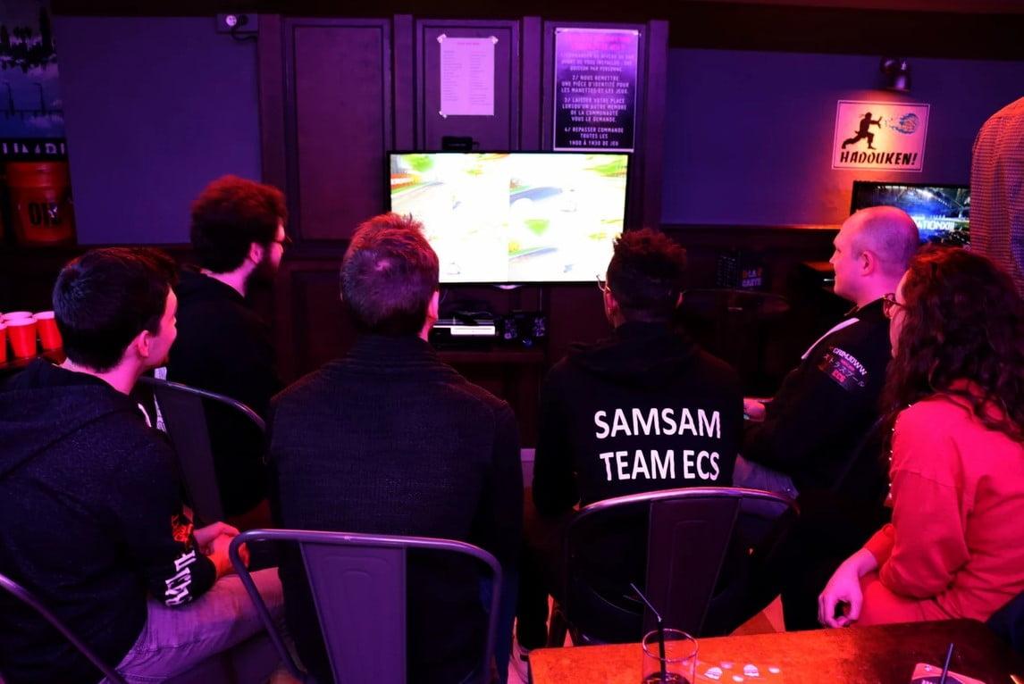 Membres du Strasbourg Esport Club en train de jouer aux jeux vidéo